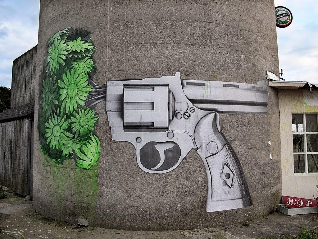 ludo both sides of a gun new mural france streetartnews streetartnews. Black Bedroom Furniture Sets. Home Design Ideas