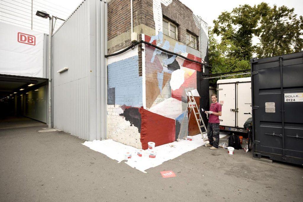 Artist Johannes Mundinger paints a wall for Schauraum-Festival