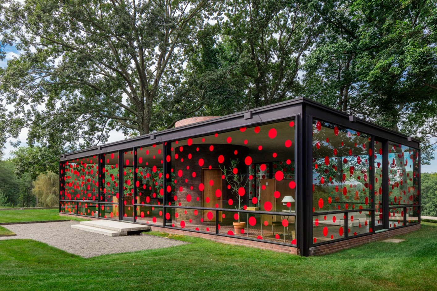 dots obsession installation by yayoi kusama at philip johnson 39 s glass house streetartnews. Black Bedroom Furniture Sets. Home Design Ideas