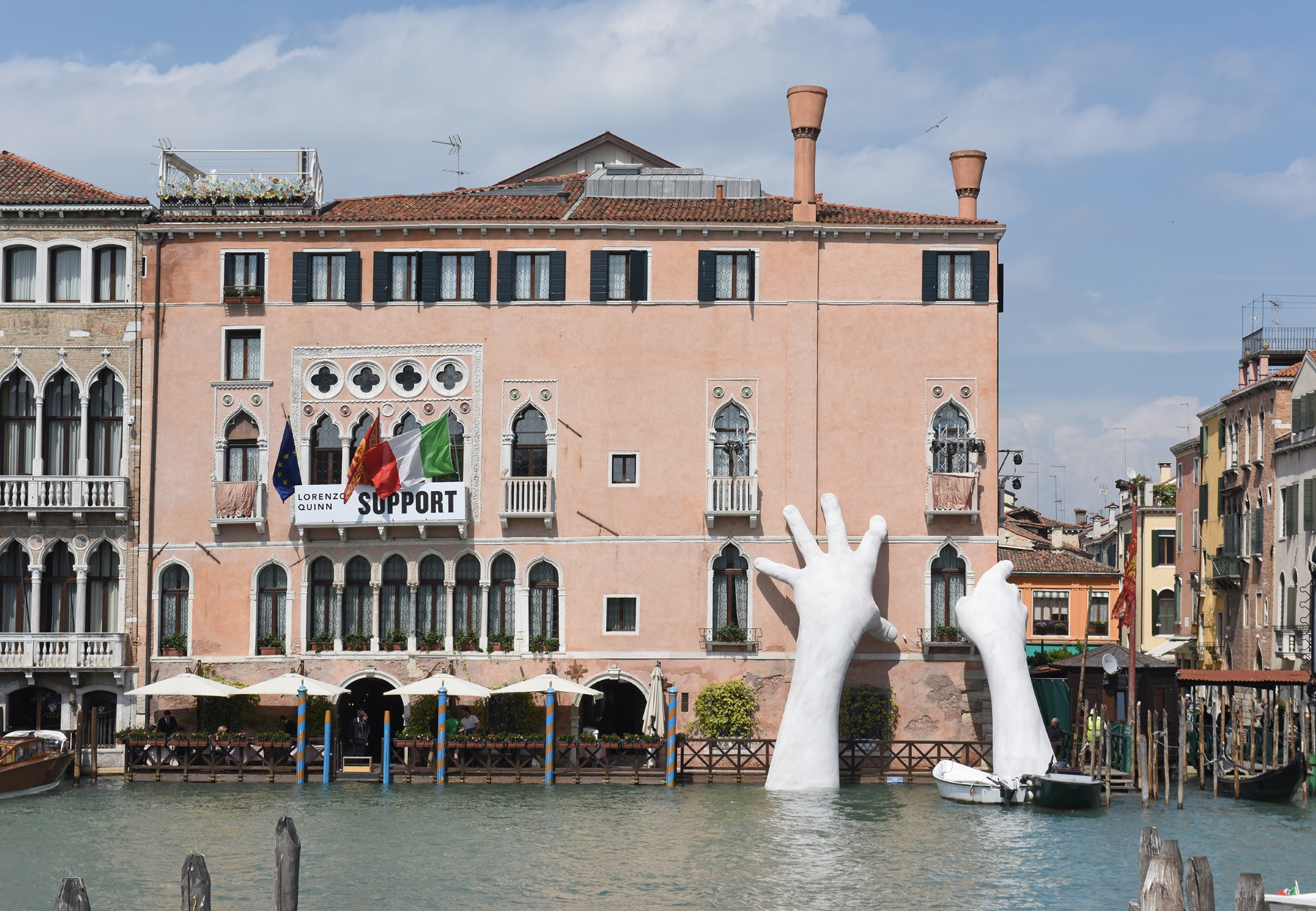 Lorenzo quinn 39 s new sculpture unveiled during venice for Architecture venise