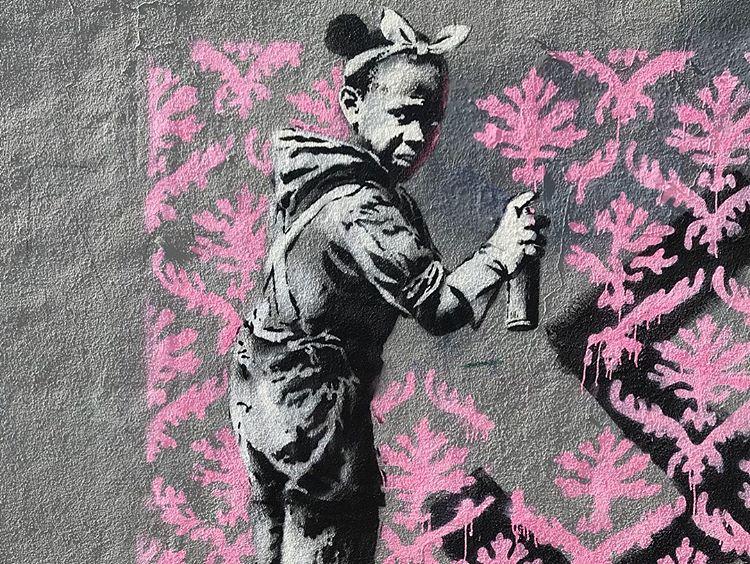 Banksy unveils new pieces in Paris, France Artes & contextos 34188773 325871327948502 5614921496087494656 n
